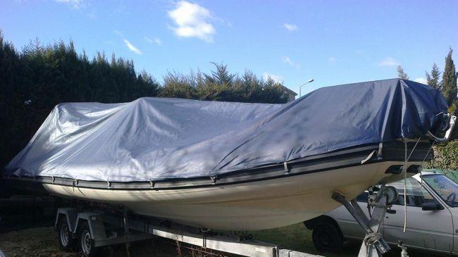 bateau pneumatique avec bâche d'hivernage